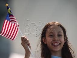 KUALA LUMPUR 18 AUG 2017. Seorang peminat kecil dengan bendera mini haur gemilang antara penonton yang hadir menyaksikan acara renang berirama dalam rutin Duet Teknikal di pusat Akuatik Nasional Bukit Jalil, KL Sport City Sukan SEA Kuala Lumpur 2017. NSTP/OSMAN ADNAN