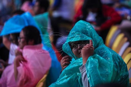 KUALA LUMPUR 19 AUGUST 2017. Gelagat seorang penonton yang memakai ponco kerana hujan turun ketika mula memenuhi ruang pnonton bagi menyaksikan Majlis perasmian Sukan SEA Kuala Lumpur 2017 di Stadium Nasional Bukti Jali. NSTP/OSMAN ADNAN