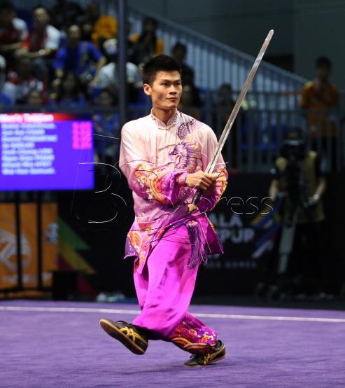 KUALA LUMPUR 20 AUGUST 2017. Atlet Wushu Negara, Loh Jack Chang memenangi pingat emas dalam acara Taijijian Lelaki dalam Sukan SEA KL2017 di Pusat Konvension Kuala Lumpur (KLCC). NSTP/KHAIRULL AZRY BIDIN.