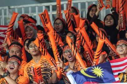 KUALA LUMPUR 21 AUGUST 2017. Sebahagian penonton yang hadir menyaksikan acara menanah recurve berpasukan pada Sukan SEA Kuala Lumpur 2017 di padang Sintentik MSN Bukit Jalil. NSTP/OSMAN ADNAN