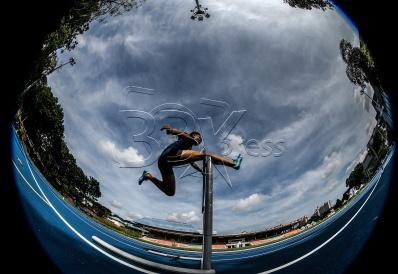 Atlet 400 m berpagar, Nurul Faizah Asma Mazlan ketika menjalani latihan di padang MSN Bukit Jalil yang dalam persiapan untuk Sukan SEA Kuala Lumpur 2017 bermula 19 Ogos ini. NSTP/OSMAN ADNAN
