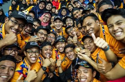 Sukarelawan bergambar bersama salah seorang pemain Skuad Chinlone Malaysia, Iskandar Zulkarnain Salim selepas skuad chinlone memenanggi pingat emas pertama pada acara Chinlone Sukan SEA Kuala Lumpur 2017. NSTP/OSMAN ADNAN