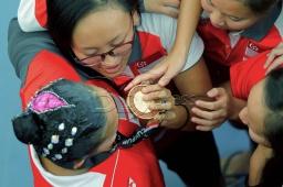 Perenang beirama Singapura, Debbie Soh (kiri) meraikan kejayaan merangkul pingat emas dengan rakan sepasukan pada acara renang berirama 'solo free' sempena Sukan SEA KL2017 di Pusat Akuatik Negara, Bukit Jalil, Kuala Lumpur. NSTP/AIZUDDIN SAAD
