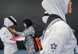 Anggota Tentera Laut Malaysia (TLDM) bersiap sedia sebelum upacara menaikan bendera seblum majlispenyampaian hadiah di pusat Akuatik nasional Bukit Jalil sempena Sukan SEA Kuala Lumpur 2017. NSTP/OSMAN ADNA
