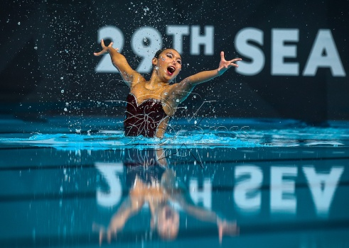 "Atlet renang berirama Malaysia, Gan Zhen Yu memperagakan aksi dalam acara ""Solo Technical Routine"" dalam acara akhir di pusat AKuatik nasional Bukit Jalil sempena Sukan SEA Kuala Lumpur 2017. NSTP/OSMAN ADNA"