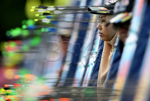 Sukarelawan memeriksa mata setiap pasukan dalam acara memanah berpasukan campuran Compound Berpasukan di Padang MSN. NSTP/Yazit Razali