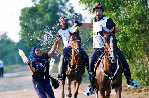 Sultan Terengganu, Sultan Mizan Zainal Abidin (depan) ketika beraksi adalam acara Kuda lasak sejauh 80km sempena kejohanan Sukan Sea KL 2017 di Terengganu International Endurance Park (TIEP) di Lembah Bidong, Setiu. NSTP/GHAZALI KORI