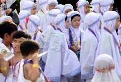 SHAH ALAM 23 AUGUST 2017. Sebahagian daripada 3200 peserta yang menjalani ibadah haji pada program Simulasi Haji Cilik 2017 anjuran Persatuan Tadika Islam Malaysia (PERTIM) bersiap sedia di Masjid Sultan Salahuddin Abdul Aziz Shah. STR/MOHD ASRI SAIFUDDIN MAMAT