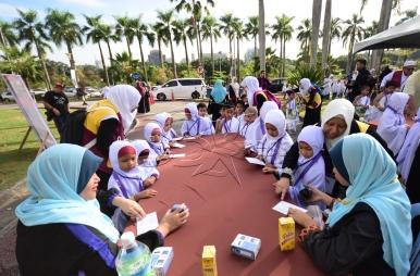 SHAH ALAM 23 AUGUST 2017. Sebahagian daripada 3200 peserta yang menjalani ibadah haji pada program Simulasi Haji Cilik 2017 anjuran Persatuan Tadika Islam Malaysia (PERTIM) melakukan pemeriksaan Imigresen di Masjid Sultan Salahuddin Abdul Aziz Shah. STR/MOHD ASRI SAIFUDDIN MAMAT