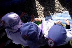 SHAH ALAM 23 AUGUST 2017. Sebahagian daripada 3200 peserta mengutip tiga biji batu untuk Melontar Jamrah ketika menjalani ibadah haji pada program Simulasi Haji Cilik 2017 anjuran Persatuan Tadika Islam Malaysia (PERTIM) di Masjid Sultan Salahuddin Abdul Aziz Shah. STR/MOHD ASRI SAIFUDDIN MAMAT