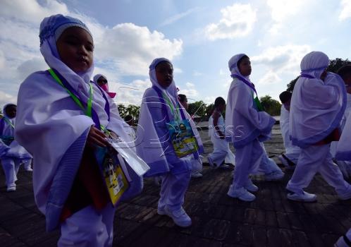 SHAH ALAM 23 AUGUST 2017. Gelagat sebahagian daripada 3200 peserta semasa Tawaf ketika menjalani ibadah haji pada program Simulasi Haji Cilik 2017 anjuran Persatuan Tadika Islam Malaysia (PERTIM) di Masjid Sultan Salahuddin Abdul Aziz Shah. STR/MOHD ASRI SAIFUDDIN MAMAT