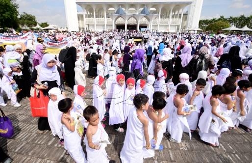 SHAH ALAM 23 AUGUST 2017. Seramai 3200 peserta termasuk ibu bapa turut serta ketika Tawaf Perdana pada program Simulasi Haji Cilik 2017 anjuran Persatuan Tadika Islam Malaysia (PERTIM) di Masjid Sultan Salahuddin Abdul Aziz Shah. STR/MOHD ASRI SAIFUDDIN MAMAT